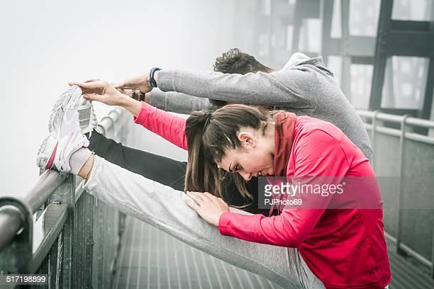 Paar tun stratching im Nebel auf Iron Bridge
