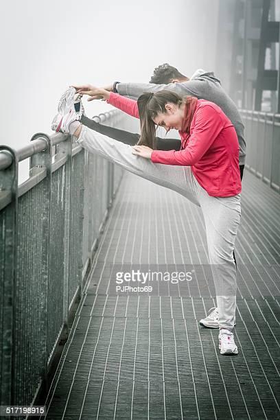 paar tun stratching im nebel auf iron bridge - pjphoto69 stock-fotos und bilder