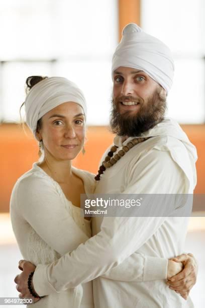 Paar in Kundalini Yoga Trachten gekleidet