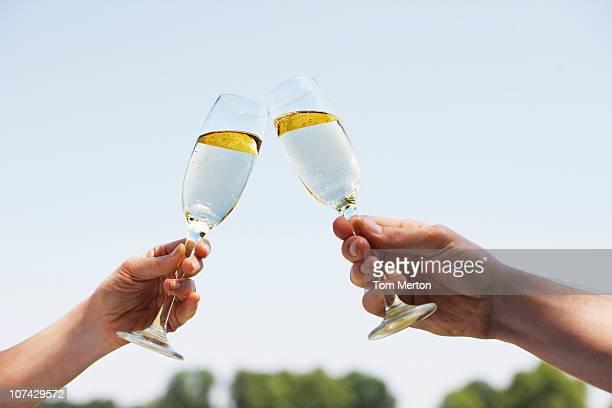 シャンペンを飲みながら、カップル乾杯