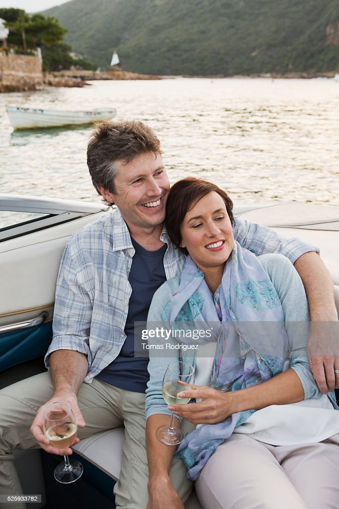 Couple drinking champagne on motorboat : Stock-Foto