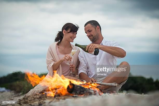 Couple buvant du Champagne sur la plage