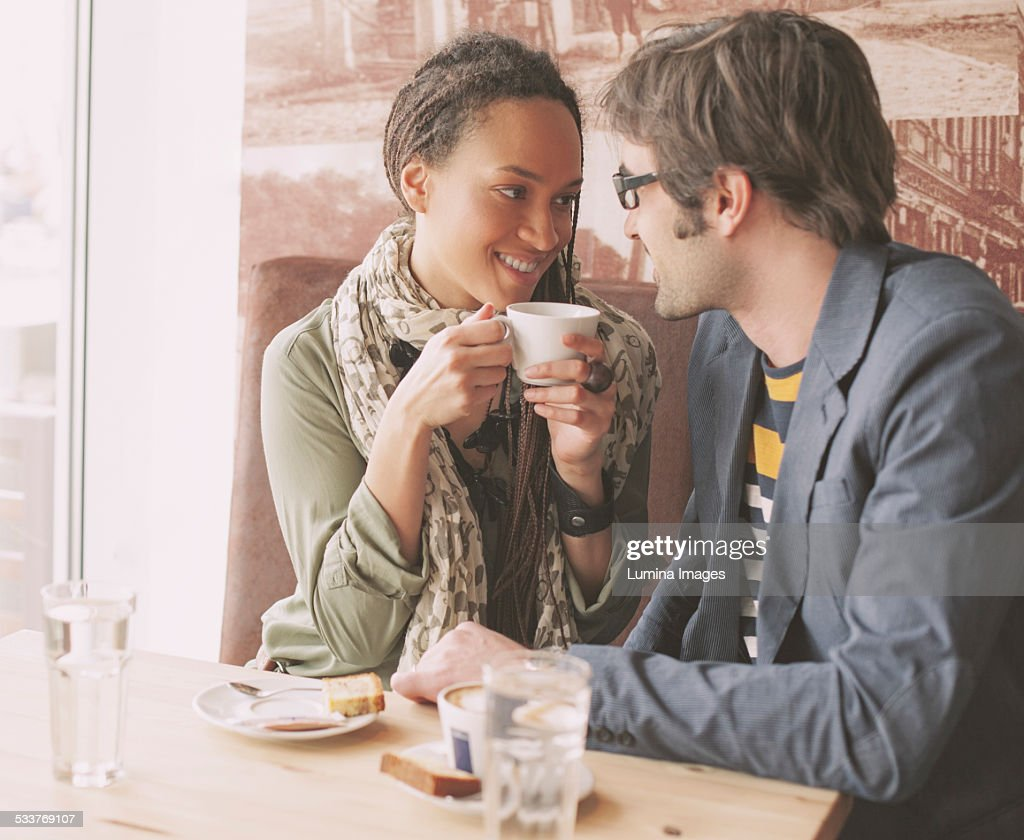 Couple drinking coffee in cafe : Foto stock