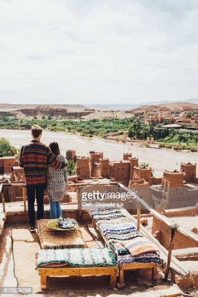 Couple, boire du thé à Ait Ben Haddou Casbah