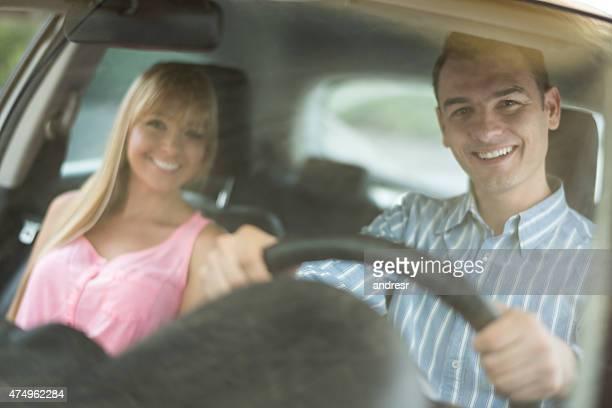 Couple, conduire une voiture et vous partez en voyage sur la route
