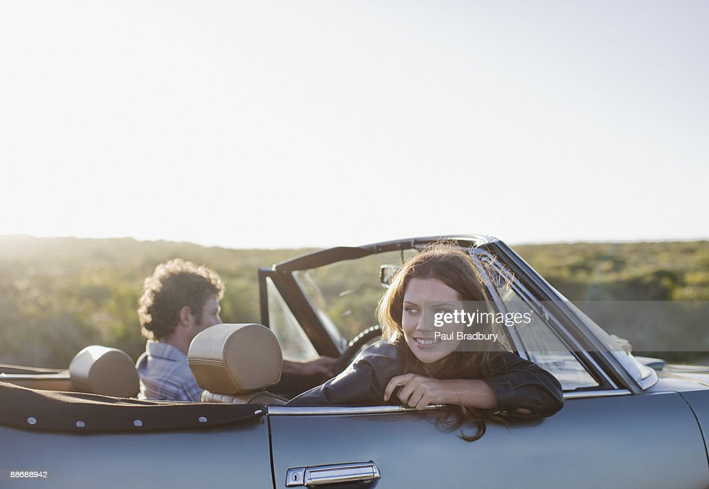 Couple en voiture décapotable : Photo
