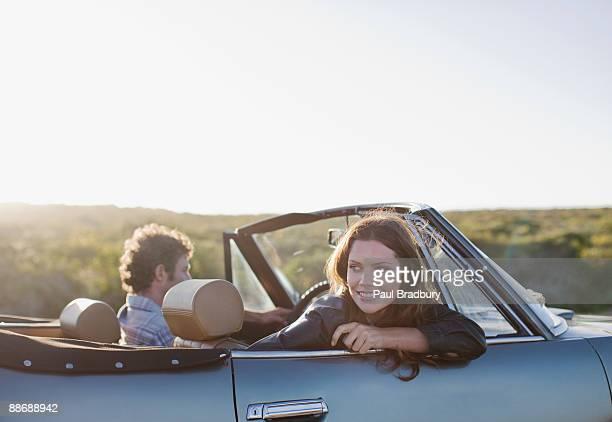 Paar fahren in Cabrio