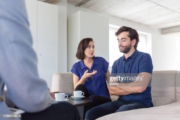 pareja durante las mediaciones - izusek fotografías e imágenes de stock