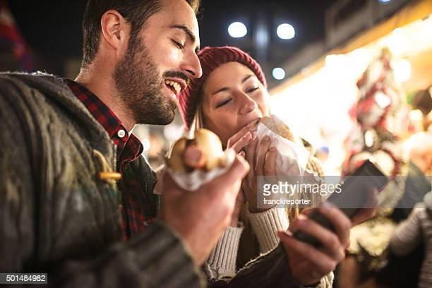 Paar Essen auf dem Weihnachtsmarkt