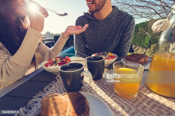 カップル屋外で朝食。
