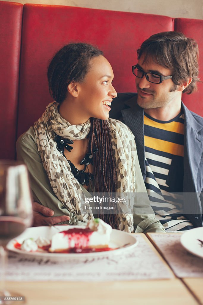 Couple eating dessert in cafe : Foto stock