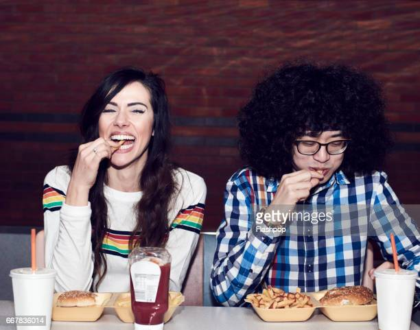 couple eating fast food - man eating woman out - fotografias e filmes do acervo