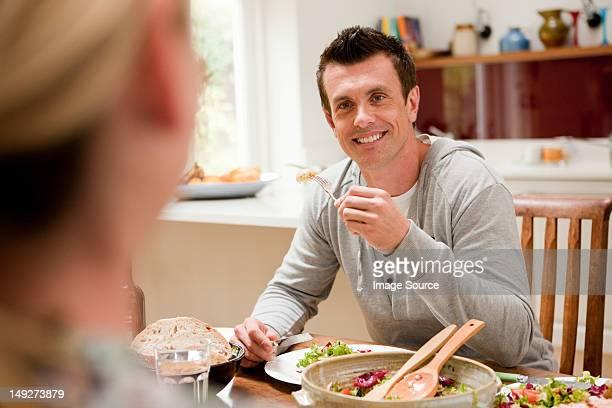 Couple, manger des repas ensemble à table