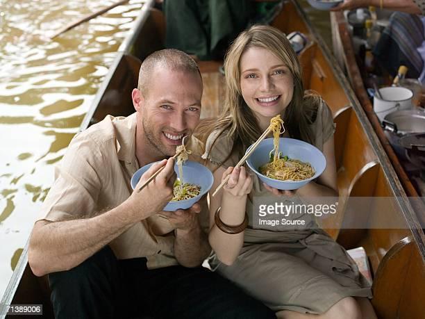 Paar Essen eine Mahlzeit am river boat
