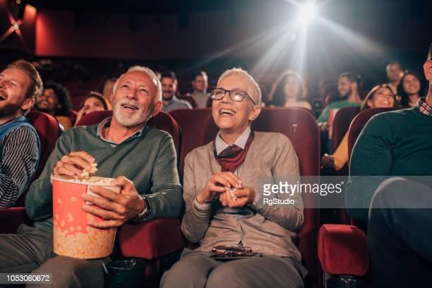 couple eating popcorn at cinema - estreia imagens e fotografias de stock