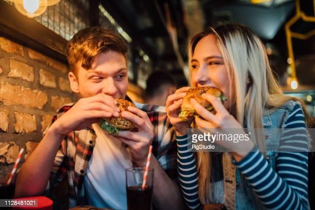 casal comendo juntos - hamburgo - fotografias e filmes do acervo