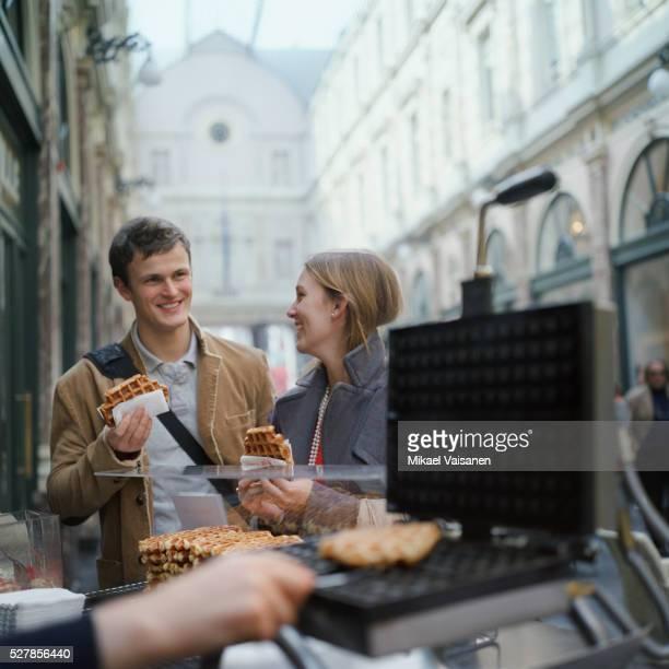 couple eating waffles - région de bruxelles capitale photos et images de collection