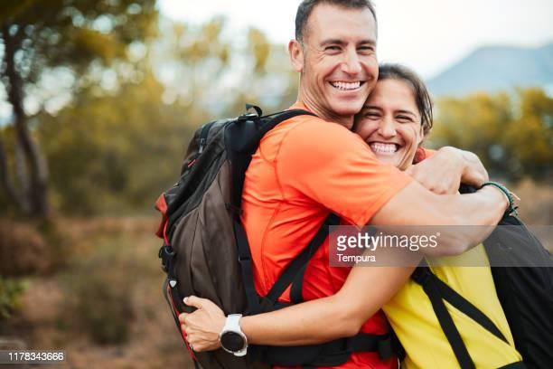 ein paar umarmt sich nach abschluss einer trekkingtour. - 40 44 jahre stock-fotos und bilder