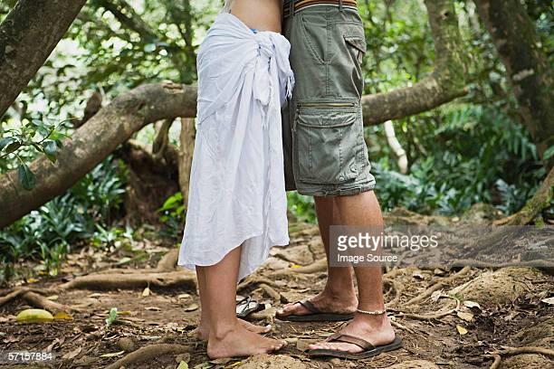 Coppia, abbracciare nella foresta