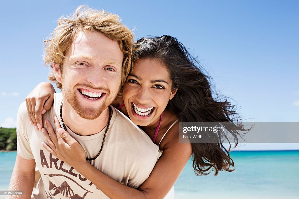 Couple embracing on beach : ストックフォト