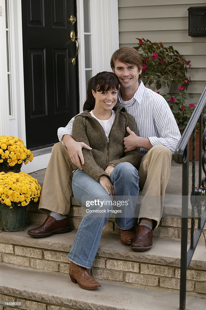Couple embracing on steps : Stockfoto