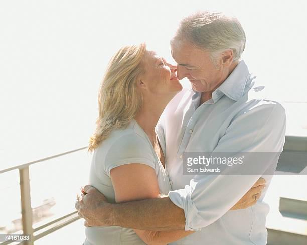 Couple embrassant à l'extérieur