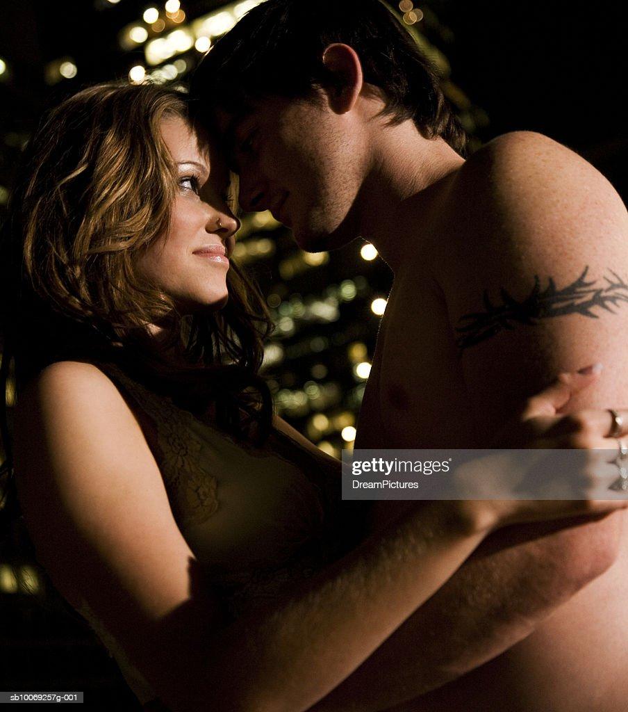 Couple embracing : Stockfoto