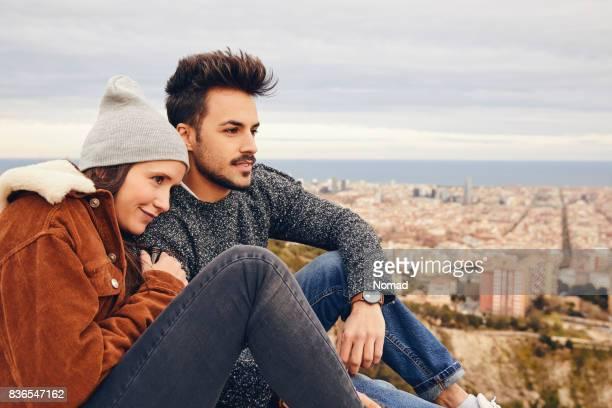 Paar beim betrachten Stadtbild umarmen