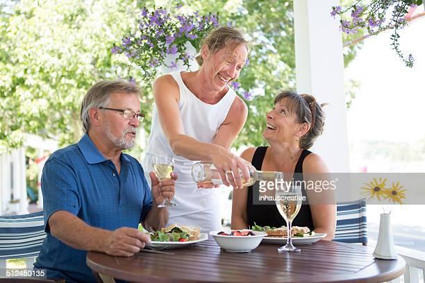 Paar Genießen Sie ein veganes Mittagessen auf der Terrasse