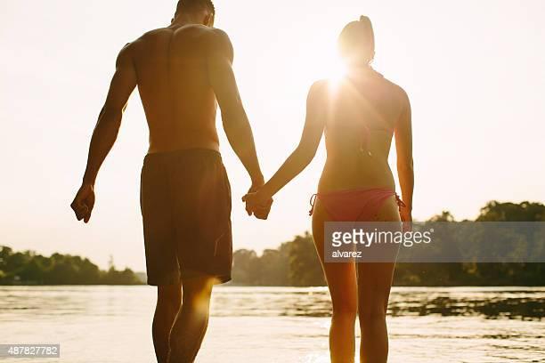Couple en appréciant une baignade dans le lac au coucher du soleil