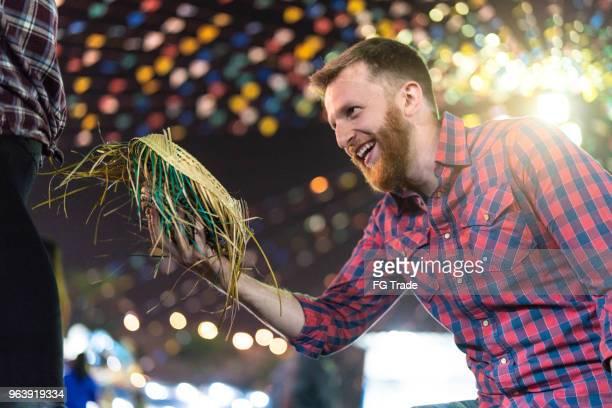 casal desfrutar momentos maravilhosos juntos na famosa festa junina brasileira (festa junina) - dançando quadrilha - tradição - fotografias e filmes do acervo