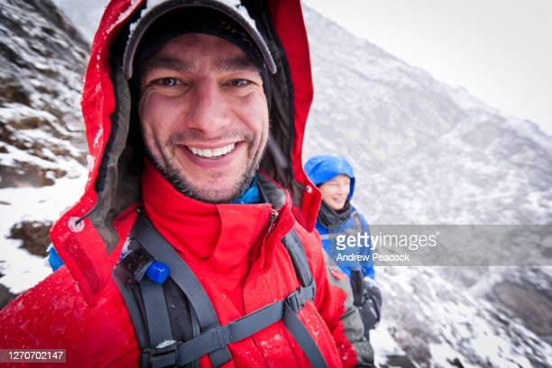 a couple enjoying a hike in the snow, khumbu valley, nepal. - solu khumbu stock pictures, royalty-free photos & images