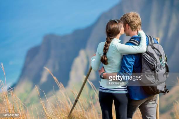 Paar genieten van een kus op hun huwelijksreis