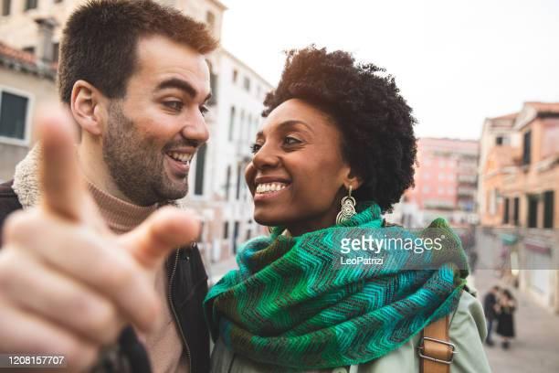 couple enjoying an holiday vacation in venice - italy - gesto con la mano foto e immagini stock