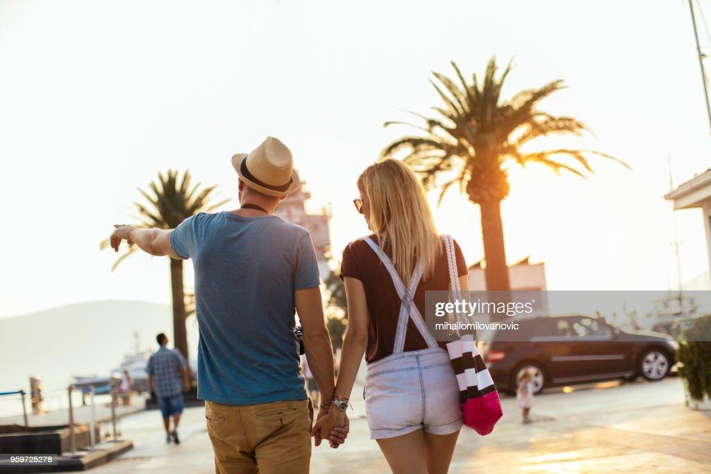Paar genießt die schönen Hafen im Sommer : Stock-Foto