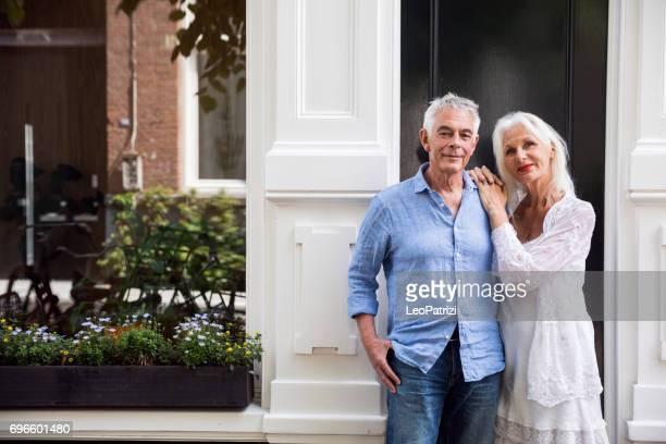 Paar genießt Alltag und Ruhestand. Senioren zu Hause