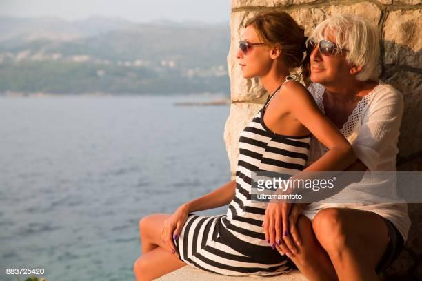 pareja que disfruta de vacaciones, hombre mayor y mujer joven. mar mediterráneo dubrovnik - pareja hombre mayor y mujer joven fotografías e imágenes de stock