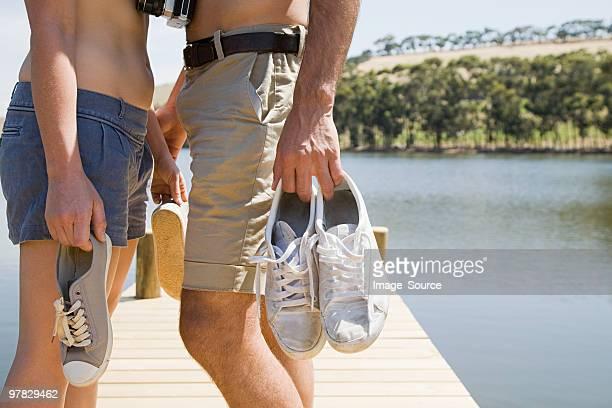 Couple profitant de vacances au bord du lac