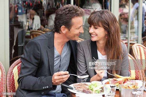 couple enjoying lunch at a restaurant, paris, ile-de-france, france - ile de france - fotografias e filmes do acervo