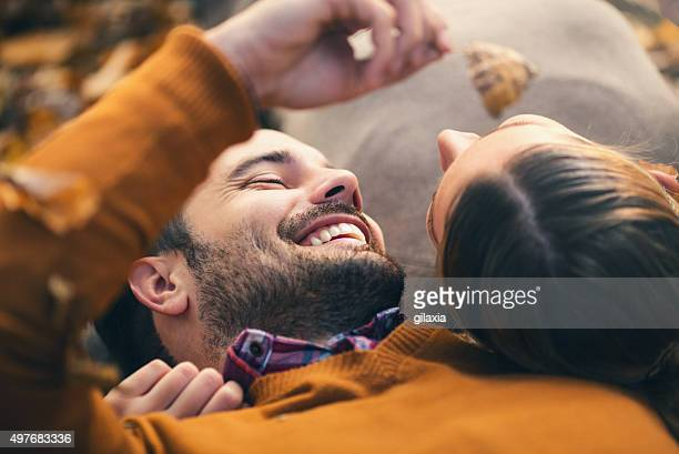 coppia godendo una giornata di sole di novembre nel parco. - gilaxia foto e immagini stock