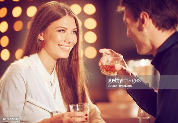 Casal desfrutar de whisky