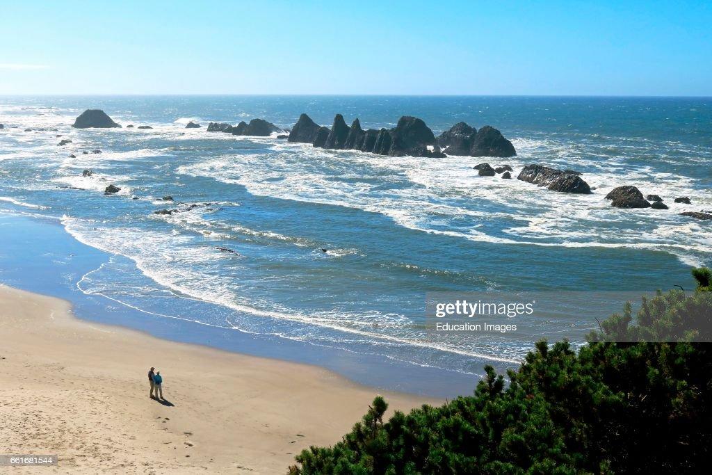 Couple enjoys Oregon coast beach walk : News Photo