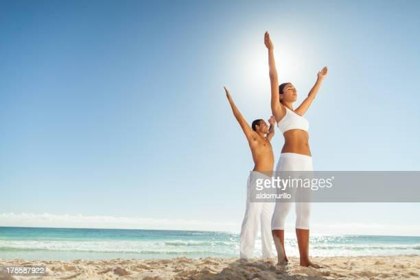 Couple exerçant sur la plage