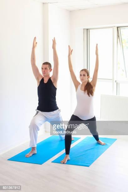 Paar, die Ausübung von yoga