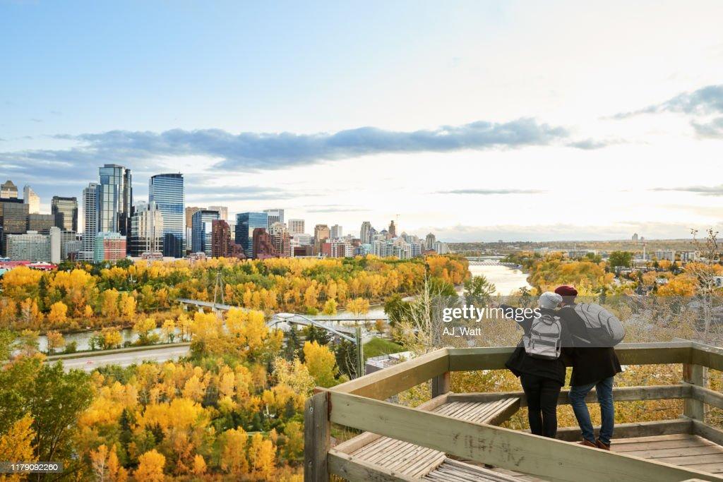 Ein Paar, das die Stadt erkundet : Stock-Foto