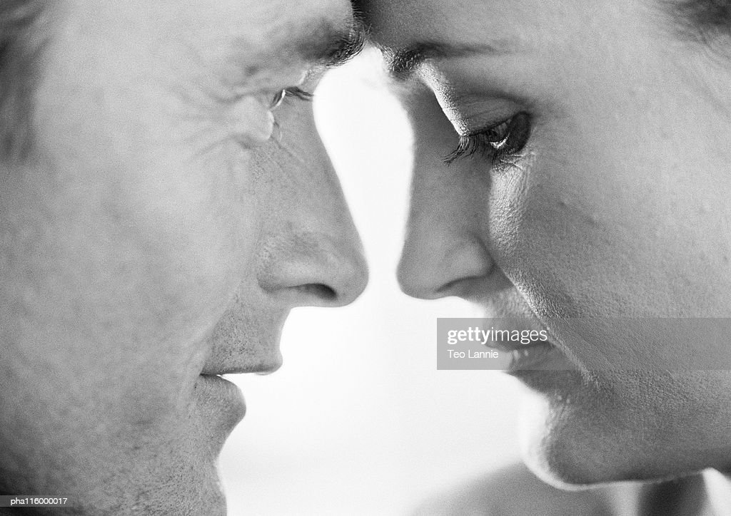 Couple face to face, close-up, b&w : Stockfoto