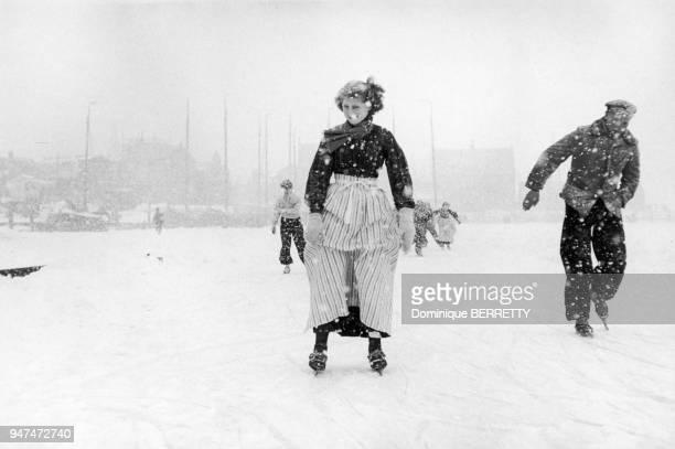 Couple faisant du patin sur la neige en Hollande