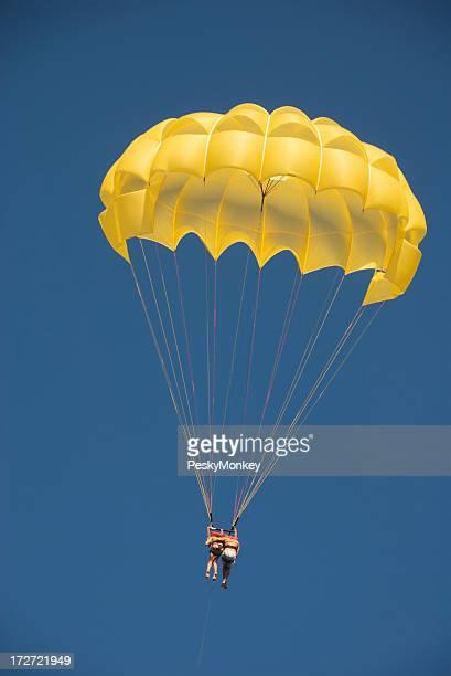 Couple chute ensemble jaune Parachute ciel bleu