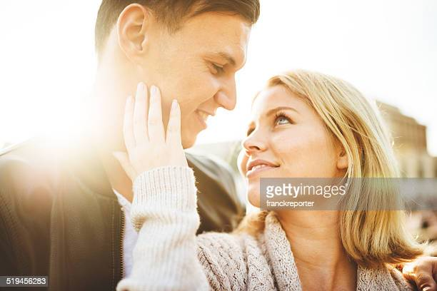 Coppia flirtare alla luce solare