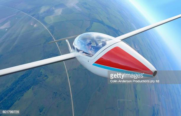 couple flying glider airplane - glider - fotografias e filmes do acervo